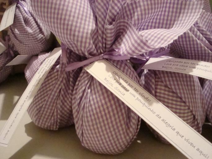 Ovos de Páscoa embalados em tecido
